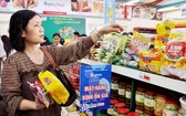 消費者在超市購買平抑物價商品。