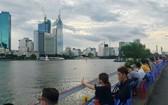 9月20下午雨後,眾多年輕人不約而合到西貢河邊乘涼聊天。(圖源:嘉進)