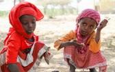 兩名埃塞俄比亞女孩正在吃飯,她們是世界糧食計劃署學校供餐計劃的受益者。(圖源:兒基會)