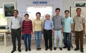 市美術協會主席阮春仙(左一)與華人美術俱樂部新一任期執委合照。