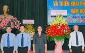 第五郡領導向郡教育科贈送鮮花祝賀。