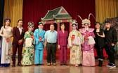 劉金華主席與丁文森會長勉勵各藝人與 歌手努力演出。