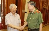 總書記、國家主席阮富仲(左)與公安部長蘇霖大將交談。(圖源:越通社)