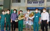 峴港市最後新冠病例康復者(右三)出院前同醫護人員合照。(圖源:慶紅)
