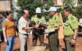 洪世真副理事長將龜移交古芝野生動物保護中心人員。
