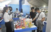 消費者在展會上選購國貨。(圖源:高升)