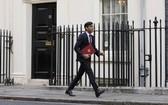 9月24日,英國財政大臣蘇納克離開倫敦唐寧街11號准備前往議會。(圖源:新華社)