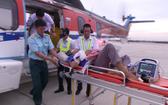 救援直升機趕赴長沙縣潘榮島展開救助,將病情危殆的腦血栓患者送往陸地救治。(圖源:VTV視頻截圖)