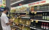消費者在Co.op mart連鎖超市選購食用油。