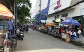 舊邑郡阮氏明開小學門前有眾多流動攤販霸佔人行道以經營。