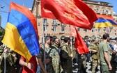 亞美尼亞宣佈戒嚴令,以及進行全國總動員後,人們參加一個招募志願軍的會議。(圖源:路透社)