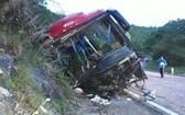 事故現場,巴士車身嚴重損壞。(圖源:互聯網)