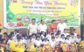 隆華堂龍獅團向清貧少兒贈送中秋禮物。