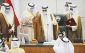9月30日,在科威特首都科威特城,科威特新任埃米爾納瓦夫(中)準備在國民議會宣誓就職。(圖源:AP)