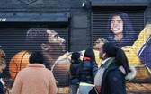 美國紐約巴克萊體育中心外,人們紛紛在一幅新的悼念科比主題的塗鴉前駐足。(圖源:互聯網)