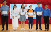 吳氏寶源副書記向5名團員頒發獎助學金。