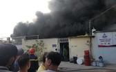 圖為2020年2月21日,平新郡的某一塑料廠失火,現場濃煙直衝天際。(圖源:誠鐘)