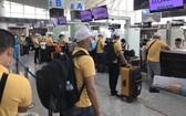 赴馬來西亞工作的勞工在機場辦理登機手續。(圖源:江南)