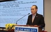 駐本市越-德友好協會主席阮英俊在聚會上發言。(圖源:越通社)