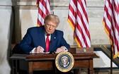 """當地時間10月1日,美國總統特朗普簽署一項支出法案,防止政府在12月11日之前""""關門""""。(圖源:互聯網)"""