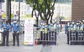 大批警察在首爾光化門廣場附近設置路障,禁止隨意出入;路上貼有通知,稱根據傳染病相關法規,禁止集會,違者將被處以罰款。(圖源:互聯網)