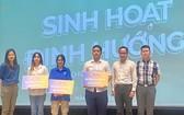 仁華國際華語學校與中國駐本市總領事館代表向大學生頒發助學金。