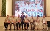 市祖國陣線委員會副主席、市各少數民族文學藝術協會主席劉金華向70高齡資深書法家, 歷屆執委成員贈送禮物祝賀。