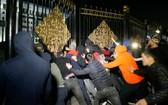 10月5日,吉爾吉斯比什凱克入夜後示威漸趨激烈,示威者成功衝破警方防線,闖入政府大樓。 (圖源:Getty Images)
