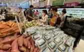 市民在新富郡日資Aeon超市選購商品。