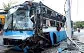 事故現場的客車頭部面目全非,車身左面的擋風玻璃破碎。(圖源:懷清)