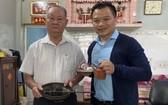 謝祥和老先生(左)向陳列室捐贈懷舊物品。