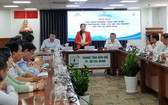 市越南祖國陣線委員會副主席潘嬌清香介紹節目。