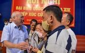 市委宣教處主任潘阮如奎(左)同第二郡選民交換意見。(圖源:喬峰)