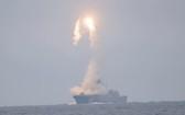 俄海軍「戈爾什科夫海軍元帥號」護衛艦6日試射一枚「鋯石」高超音速飛彈。 (圖源:路透社)