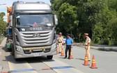 交通警察檢查卡車載貨重量。(圖源:如瓊)