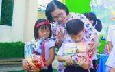 武鴻山殘疾兒童教養中心主任給殘疾兒童贈送禮物。