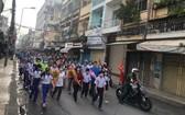 """2020年""""為窮人""""基金籌款步行活動,有來自各職能機關與60個街區的越、華居民數百人參加。"""