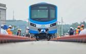 本月10日下午,濱城-仙泉地鐵1號線的首批車廂已成功安裝上軌道。(圖源:VNE)