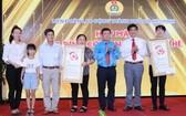 市勞動聯團副主席喬玉宇向模範三代工人家庭贈送字畫。(圖源:明奎)