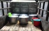 膳食供應單位使用不確保食品安全條件的卡車運送。