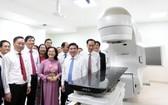 市領導參觀市腫瘤醫院第二分院現代設備。(圖源:TTO)
