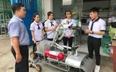 學生組及導師在檢查消防機械人。