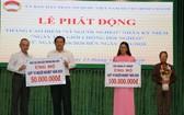 """本報編輯部主任范興(左一)代表報社向平政縣""""為窮人""""基金轉贈善款。"""