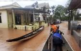 越南正經受洪災,圖為救援人員坐船救援被困居民。(圖源:AP)