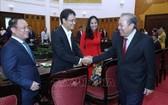 政府常務副總理張和平(右)同年輕企業家們親切握手、互致問候。(圖源:越通社)