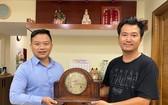 黃宇翔(右)向陳列室捐贈古鐘。