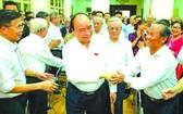 政府總理阮春福昨(13)日在海防市與白騰俱樂部會員的選民接觸。