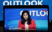 10月13日,在美國首都華盛頓,國際貨幣基金組織首席經濟學家吉塔·戈皮納特出席視頻新聞發佈會。(圖源:新華社)