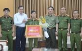 峴港市人委會主席黃德詩向該市公安廳專案小組予以表彰及頒獎。(圖源:VGP)