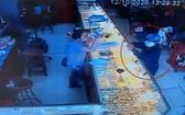 一名戴著口罩的男子走進金舖佯裝購買黃金,趁店員不備時,搶走了價值1億元的金飾。(圖源:監控視頻截圖)